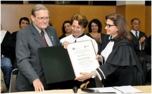 Herbert Arnold Bartz recibe el título Doutor Honoris Causa de UEL. Entregan la Rectora Nádina Moreno y la Vice Rectora Berenice Jordão. En sesión solemne del Consejo Universitario también se conmemoró los  40 años de la adopción del Sistema de Siembra Directa en Brasil.