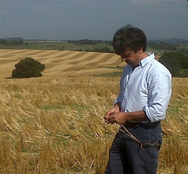 Marcelo Torres, con un rastrojo de trigo.Foto:Ceres Tolvas
